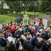 Nederland, Haaren,  14-09-2013 - Protest tegen de plannen voor schaliegaswinning. Haagse politici kwamen vandaag op werkbezoek en bezochten de twee voorgenomen proefboor locaties waaronder deze in Haaren. Protest against drilling plans for shale gas. FOTO: Gerard Til / Hollandse Hoogte