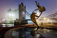 Blick bei Nacht auf die Tower Bridge von London. Ihren Namen hat die Brücke übrigens nicht wegen ihrer zwei Türme, sondern ist nach dem nahen Tower of London benannt.