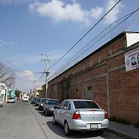 """Toluca, México.- Vecinos de la calle José Guadalupe Posada en la colonia Los Angeles, Toluca,  hacen un llamado a denunciar a tres hombres, presuntamente responsables de algunos delitos en la zona, colocando mantas con las fotografías de los mismo y con la leyenda de """"No queremos más delincuencia"""".  Agencia MVT / Crisanta Espinosa"""