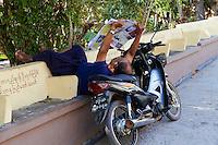 Myanmar (ex Birmanie), Province de Mon, Mawlamyine (Moulmein), pose du moto taxi // Myanmar (Burma), Mon state, Mawlamyine (Moulmein), moto taxi rest