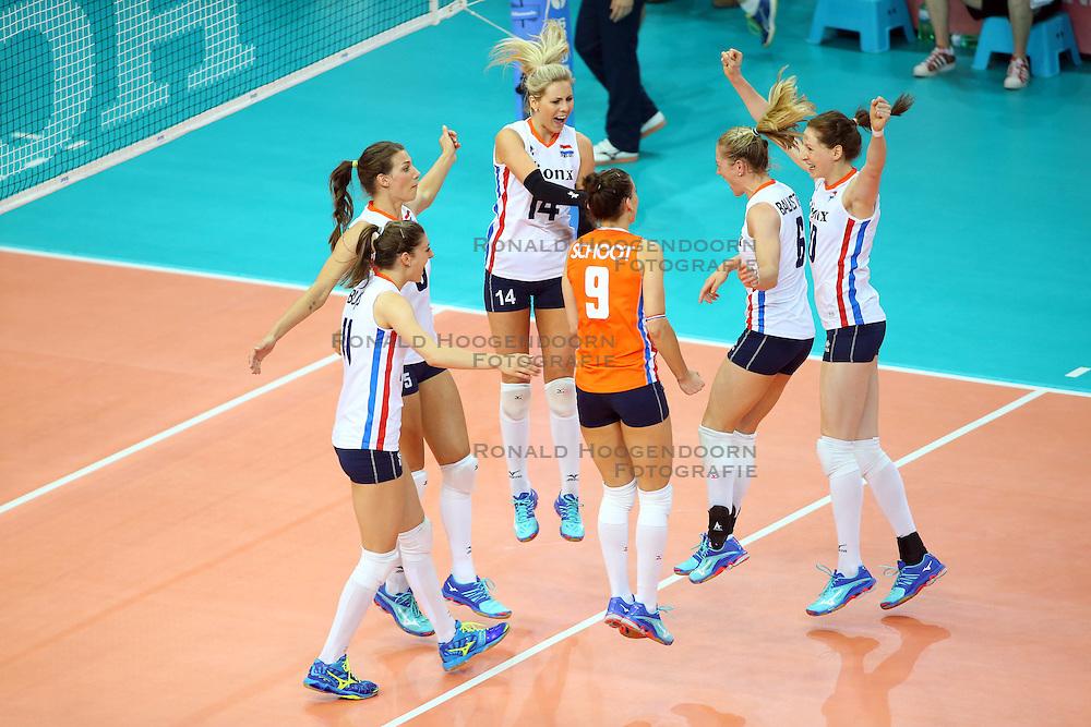 18-06-2016 ITA: World Grand Prix Italie - Nederland, Bari<br /> Nederland wint opnieuw van Italie, het ging moeizaam maar de 3-1 winst was genoeg / Lonneke Sloetjes #10, Maret Balkestein-Grothues #6, Laura Dijkema #14, Robin de Kruijf #5<br /> <br /> ***NETHERLANDS ONLY***