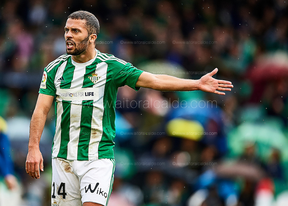 SEVILLE, SPAIN - DECEMBER 04:  Riza Durmisi of Real Betis Balompie reacts during La Liga match between Real Betis Balompie an RC Celta de Vigo at Benito Villamarin Stadium on December 4, 2016 in Seville, Spain.  (Photo by Aitor Alcalde Colomer/Getty Images)