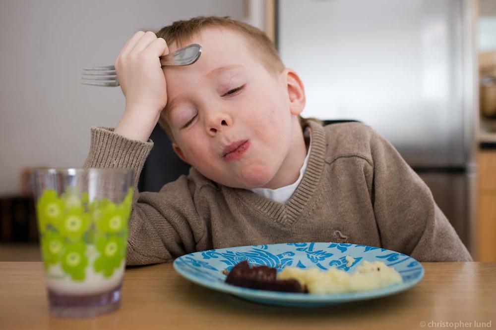 Ari Carl borðar slátur heima í Sandavaði. Young boy eating Slátur (Icelandic national food) at home.