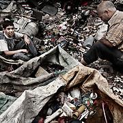 """Clasificación de diferentes tipos de plástico en Mokattam . En medio del barrio de Manshiet Nasr a las afueras de El Cairo esta situado el asentamiento de Mokattam conocido como la """"Ciudad de la Basura"""" , está habitado por los Zabbaleen ,una comunidad de unos 45.000 cristianos coptos que viven desde hace varias décadas de reciclar los desperdicios que genera la capital egipcia: plástico, aluminio, papel y desechos órganicos que transforman en compost . La mayoría forman parte de la Asociación para la Protección del Ambiente (APE) una ONG que actúa en el área, cuyos objetivos son proteger el medio ambiente y aumentar el sustento de las recuperadores de basura de El Cairo. Según la ONU, el trabajo que se realiza en Mokattam como uno de los diez mejores ejemplos del mundo en el mejoramiento medioambiental. El Cairo , Egipto, Junio 2011. ( Foto : Jordi Camí )"""