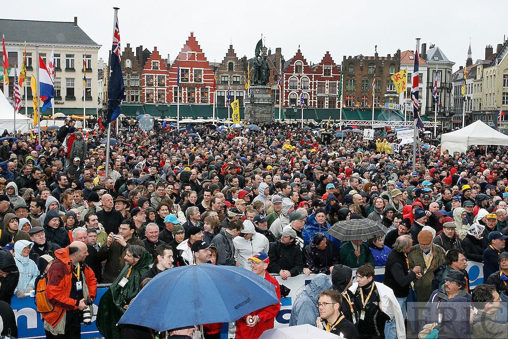waiting crowd at Brugge