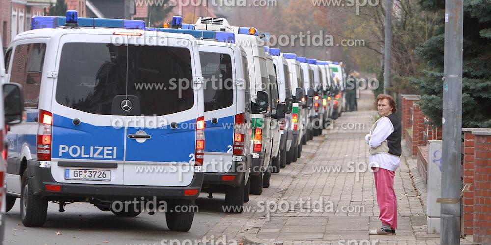 08.11.2010, Castortransport 2010, Dannenberg, GER, Polizeikonvoi im Dannenberger Wohngebiet in der Naehe des Verladebahnhofs, EXPA Pictures © 2010, PhotoCredit: EXPA/ nph/  Kohring+++++ ATTENTION - OUT OF GER +++++
