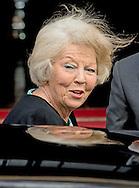14-5-2015 - AMSTERDAM  - Prinses Beatrix komt aan bij het Paleis op de dam. Koning Willem-Alexander en Koningin Maxima ontvangen woensdagavond 14 mei 2014 het Corps Diplomatique voor het jaarlijkse galadiner. Het diner wordt gehouden in het Koninklijk Paleis Amsterdam. COPYRIGHT ROBIN UTRECHT