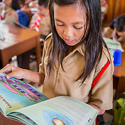 CAPTION: Grade 5 students learn about climate change and alternative forms of energy. In conjunction with various other stakeholders, the University of Lampung has prepared hands-on educational materials on climate change adaptation for teachers to use in the classroom. In SDN 1 and other pilot schools, climate change has now been integrated into the school's curriculum. LOCATION: SDN 1 School, Langkapura, Bandar Lampung, Indonesia. INDIVIDUAL(S) PHOTOGRAPHED: Dhea Puspita Sari .