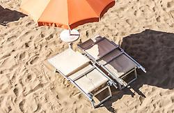 THEMENBILD - eine leere Liege und ein Sonnenschirm am Sandstrand. Lignano ist ein beliebter Badeort an der italienischen Adria-Küste, aufgenommen am 16. Juni 2019, Lignano Sabbiadoro, Italien // an empty lounger and a parasol on the sandy beach. Lignano is a popular seaside resort on the Italian Adriatic coast on 2019/06/16, Lignano Sabbiadoro, Italy. EXPA Pictures © 2019, PhotoCredit: EXPA/ Stefanie Oberhauser