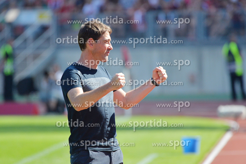 30.08.2015, Grundig Stadion, Nuernberg, GER, 2. FBL, 1. FC Nuernberg vs Fortuna Duesseldorf, 5. Runde, im Bild Trainer Rene Weiler (1. FC Nuernberg) bejubelt bei Abpfiff des Spiels den Sieg gegen Fortuna Duesseldorf // during the 2nd German Bundesliga 5th round match between 1. FC Nuernberg and Fortuna Duesseldorf at the Grundig Stadion in Nuernberg, Germany on 2015/08/30. EXPA Pictures &copy; 2015, PhotoCredit: EXPA/ Eibner-Pressefoto/ Merz<br /> <br /> *****ATTENTION - OUT of GER*****