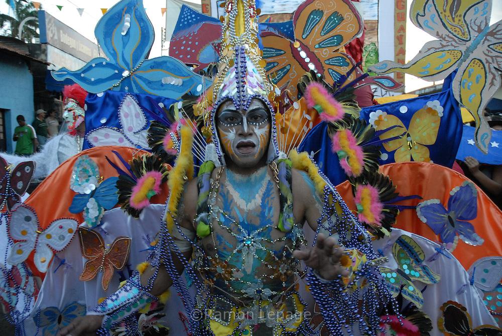 Comparsa del Carnaval de El Callao en Venezuela. Cada comparsa desfila con su propio conjunto musical, al tradicional ritmo del calipso. El Carnaval, celebrado entre los meses de febrero y marzo, tiene en El Callao una de sus manifestaciones más alegres y coloridas, gracias a la riqueza cultural de su mestizaje. El Callao, 2007 (Ramon Lepage / Orinoquiaphoto)  El Callao Carnival in Venezuela. Different groups participate in the parade with calypso musical companion. Carnival, celebrated between February and March, have in El Callao one of its colorful and happiest expressions, thanks to their cultural mixture. El Callao, 2007 (Ramon Lepage / Orinoquiaphoto).