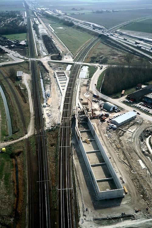 Nederland, Zevenbergschen Hoek, 08-03-2002; links de spoorlijn Breda - Dordrecht (in Z richting), HSL komt strak gebundeld met deze spoorlijn te liggen en wordt door middel van een 8 m hoog spoorviaduct over de spoorlijn die naar Roosendaal afbuigt geleid; het betonnen viaduct is onder contructie (zie ook foto in Z richting); infrastructuur verkeer en vervoer spoor bouw landschap.<br /> luchtfoto (toeslag), aerial photo (additional fee)<br /> photo/foto Siebe Swart