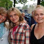 NLD/Huizen/20050706 - Premiere Nieuw Groot Chinees Staatscircus, vrouw en dochter Henk van der Meyden, Monica Schotman en dochter Elise