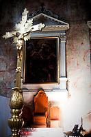 Un particolare dell'abside dove risiede l'altare della Cattedrale di Ostuni. Un raggio di luce illumina tutta la zona retrostante il crocifisso