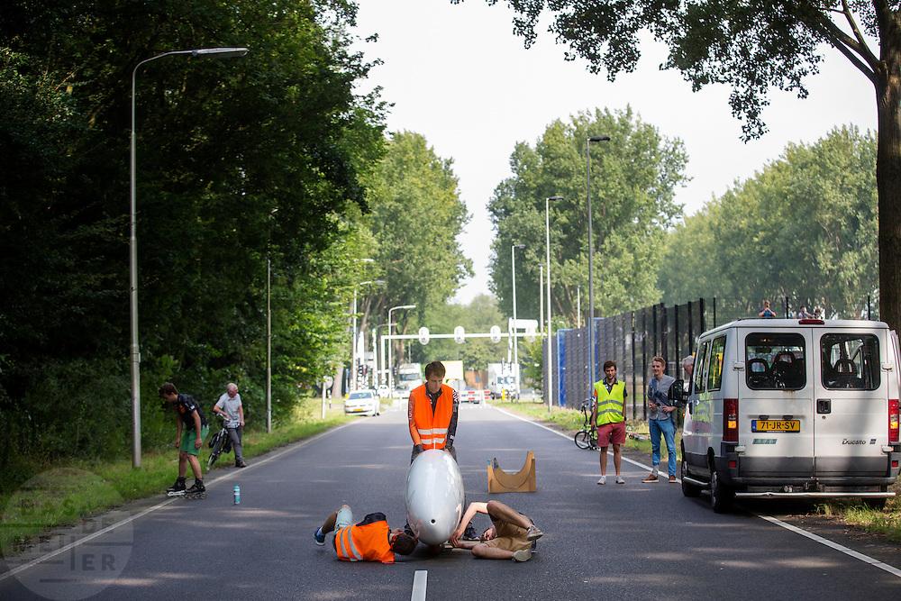Het technisch team plakt de VeloX 6 dicht. In Delft test het Human Power Team de VeloX 6, de nieuwe aerodynamische fiets, op de  speciaal voor hun afgezette weg. Jan Bos rijdt uiteindelijk 59 km/h. In september wil het Human Power Team Delft en Amsterdam, dat bestaat uit studenten van de TU Delft en de VU Amsterdam, tijdens de World Human Powered Speed Challenge in Nevada een poging doen het wereldrecord snelfietsen te verbreken. Het record is met 139,45 km/h sinds 2015 in handen van de Canadees Todd Reichert.<br /> <br /> With the special recumbent bike the Human Power Team Delft and Amsterdam, consisting of students of the TU Delft and the VU Amsterdam, also wants to set a new world record cycling in September at the World Human Powered Speed Challenge in Nevada. The current speed record is 139,45 km/h, set in 2015 by Todd Reichert.