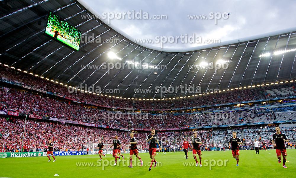 19.05.2012, Allianz Arena, Muenchen, GER, UEFA CL, Finale, FC Bayern Muenchen (GER) vs FC Chelsea (ENG), im Bild Bayern Munchen warm-up before the Final Match of the UEFA Championsleague between FC Bayern Munich (GER) vs Chelsea FC (ENG) at the Allianz Arena, Munich, Germany on 2012/05/19. EXPA Pictures © 2012, PhotoCredit: EXPA/ Propagandaphoto/ Vegard Grott..***** ATTENTION - OUT OF ENG, GBR, UK *****