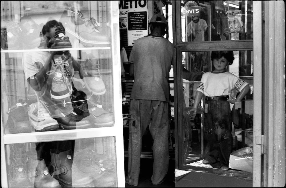 SELF PORTRAITS / AUTORRETRATOS.Photography by Aaron Sosa.Achaguas, Apure State - Venezuela 2002.(Copyright © Aaron Sosa)