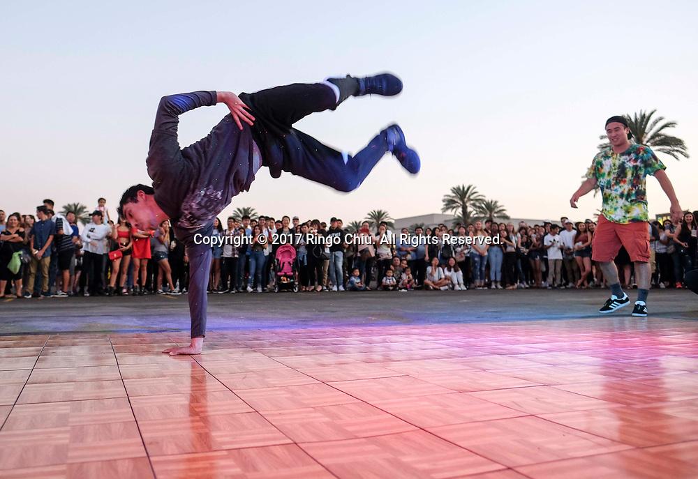 6月30日,舞者在626夜市表演。当天 ,在美国洛杉矶阿卡迪亚市的圣安娜公园举行626夜市。上百个美食摊位、汇集了洛杉矶周围几乎所有的华人小吃,吸引大批民众参与。新华社发 (赵汉荣摄)<br /> A dancer performs at the '626 Night Market' on June 30, 2017 in Arcadia, Caliifronia, the United States. 626 Night Market IS an event that attracts all generations of the Chinese American community and showcases many San Gabriel Valley food vendors. (Xinhua/Zhao Hanrong)(Photo by Ringo Chiu)<br /> <br /> Usage Notes: This content is intended for editorial use only. For other uses, additional clearances may be required.