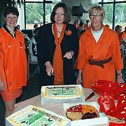 Aansnijden WK taart door makelaar Helene Knoop