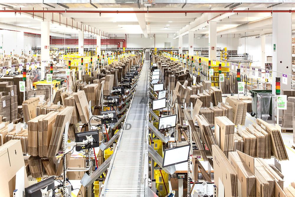 Amazon Presente con un primo sito nel 2011, &egrave; stato inaugurato nel 2013 il nuovo centro distribuzione Amazon con pi&ugrave; di 70mila metri quadri di Castel San Giovanni. Il centro da lavoro a circa mille dipendenti.<br /> Le funzioni dei dipendenti sono principalmente tre: Stower, registra la merce in entrata; Picker, la mobilita sugli scaffali; Packer la impacchetta e invia ai nastri trasportatori, dai quali cade direttamente nei contenitori destinati ai corrieri. Il sistema riesce a gestire quasi 400 mila ordini al giorno.<br /> Sugli scaffali la merce &egrave; messa senza divisione merceologica, solo quella pi&ugrave; elementare: oggetti piccoli e grandi. Ma il disordine &egrave; solo apparente, perch&eacute; &egrave; tutto computerizzato e ognuno sa dove trovare ogni cosa e il Picker trova subito uno shampoo della tal marca se &egrave; circonato da merce diversa, piuttosto che da altri shampoo.