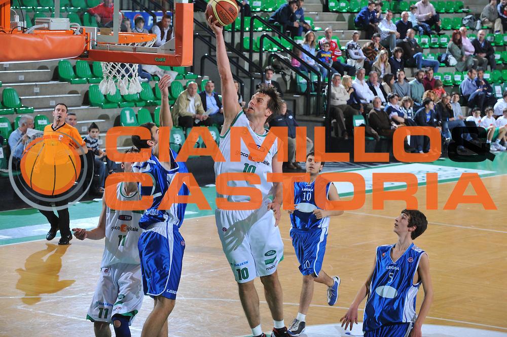 DESCRIZIONE : Treviso Lega A 2009-10 Basket Benetton Treviso Nuova AMG Sebastiani<br /> GIOCATORE : Sandro Nicevic<br /> SQUADRA : Benetton Treviso<br /> EVENTO : Campionato Lega A 2009-2010<br /> GARA : Benetton Treviso Nuova AMG Sebastiani<br /> DATA : 28/03/2010<br /> CATEGORIA : Tiro<br /> SPORT : Pallacanestro<br /> AUTORE : Agenzia Ciamillo-Castoria/M.Gregolin<br /> Galleria : Lega Basket A 2009-2010 <br /> Fotonotizia : Treviso Campionato Italiano Lega A 2009-2010 Benetton Treviso Nuova AMG Sebastiani<br /> Predefinita :