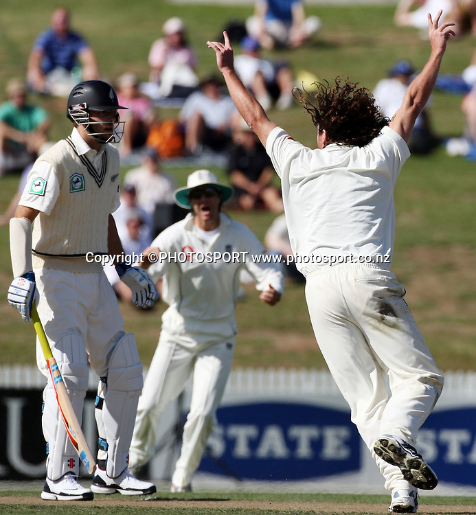 Ryan Sidebottom appeals to the umpire for an lbw against Ross Taylor but is unsuccessful as Daniel Vettori looks on during National Bank Test Match Series, New Zealand v England, 2nd day of 1st Test at Seddon Park, Hamilton, New Zealand. Thursday 6 March 2008. Photo: Stephen Barker/PHOTOSPORT