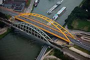 Nederland, Utrecht, Leidsche Rijn, 19-09-2009; Hogeweidebrug, stalen boogbrug over het Amsterdam-Rijnkanaal vervangt de  Vleutensebrug. De spoorbrug links wacht op vervanging in verband met de spoorverdubbeling Utrecht - Harmelen. Verbinding tussen binnenstad Utrecht en Leidsche Rijn..Hogeweide Bridge, steel arch bridge over the Amsterdam-Rhine canal bridge replaces the Vleutense brug. The railway bridge at the awaits broadening related to the track doubling Utrecht - Harmelen. luchtfoto (toeslag), aerial photo (additional fee required).foto/photo Siebe Swart