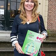 NLD/Baarn/20171010 - Laurentien aanwezig bij Dag van de Duurzaamheid, Helga van Leur met het boek