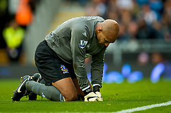 LONDON, ENGLAND - Sunday, September 13, 2009: Everton's Tim Howard looks dejected as side side lose their third match the opening four league games, as Fulham beating them 2-1 during the Premiership match at Craven Cottage. (Photo by David Rawcliffe/Propaganda)
