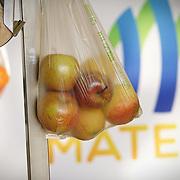 Sacchetto biodegradabile obbligatorio dal 1° gennaio 2018 per gli acquisti sfusi come frutta e verdura.