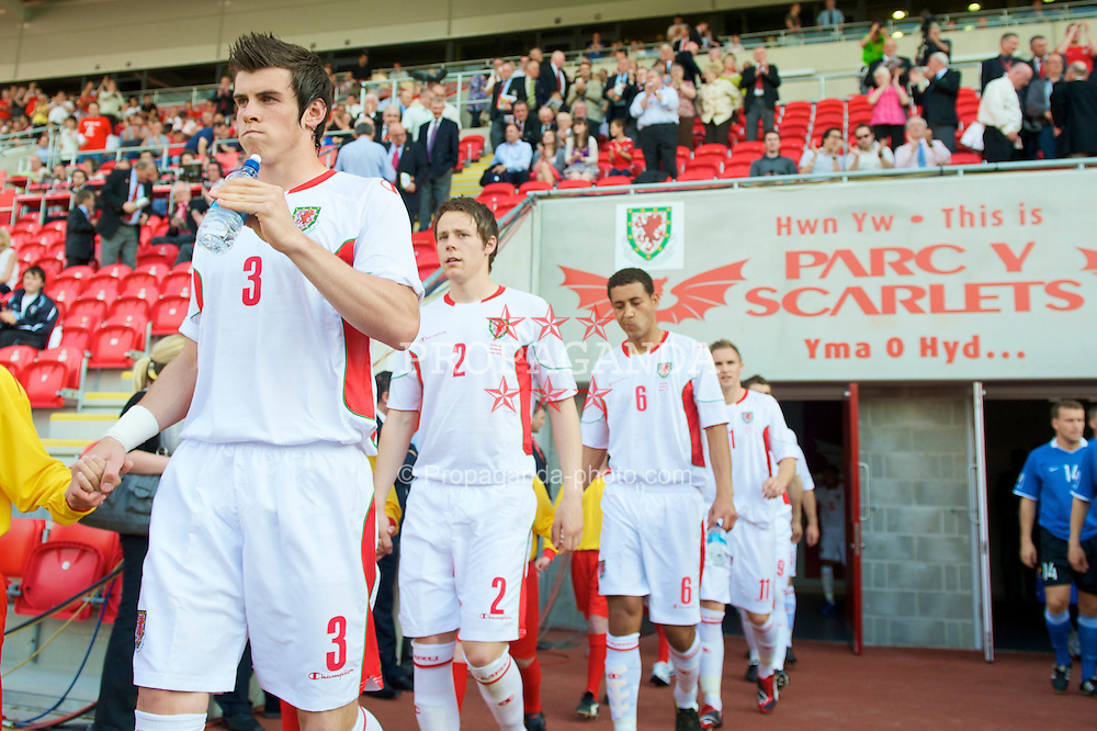 LLANELLI, WALES - Friday, May 29, 2009: Wales' Gareth Bale and Chris Gunter walk out to face Estonia before the International friendly match at Parc y Scarlets. (Pic by David Rawcliffe/Propaganda)