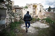 L'aquila, Abruzzo, Italia. 26.03.2014. Francesco Colaianni er fra Onna, en liten landsby utenfor sentrum mistet natten for fem år siden ti prosent av sine innbyggere i skjelvet. Landsbyen ble gjevnet med jorden. L'aquila, 6. april 2009 kl. 03:32: Et jordskjelv som måler 6.3 ryster byen. 309 mennesker mister livet. Fem år senere sliter de som overlevde fortsatt med etterskjelvene, i form av en guffen cocktail av uærlige offentlige tjenestemenn, mafia og 494 millioner øremerkede euro på avveie. Fotografier til bruk i feature i DN lørdag 05.04.2014. Foto: Christopher Olssøn.