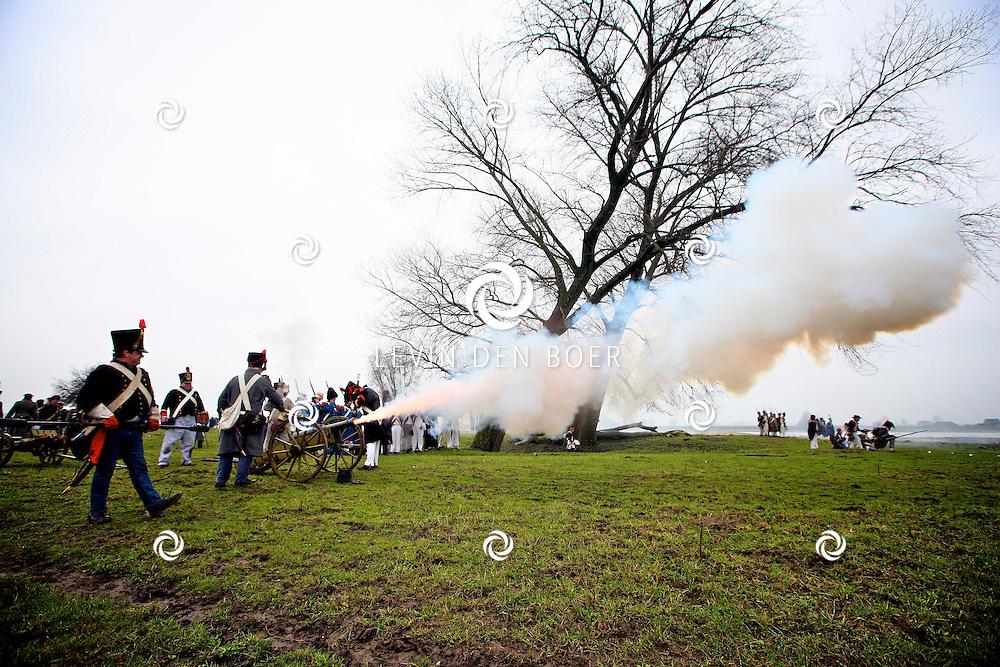 POEDEROIJEN - Tijdens de winterbivak beelden de soldaten van de Napoleontische Associatie der Nederlanden (N.A.N.) een historische veldslag uit ten tijde van Napoleon. Tegen het einde van de Franse Tijd in Nederland (1810-1813), kwam ons land in november in opstand tegen de Franse bezetter. In november 1813 landde de Prins van Oranje, de latere koning Willem de Eerste, aan de Noordzeekust. Een van de eerste maatregelen die hij trof was het oprichten van een Nederlands leger. Tegelijkertijd met de bevrijding door de Nederlanders zelf, vielen vanuit het oosten geallieerde troepen Nederland binnen. Dit waren troepen uit Pruisen en Rusland. Een aantal van deze troepen bezetten Woudrichem en belegerde samen met het weer opgerichte Nederlandse leger het Slot Loevestein waar de Fransen nog standhielden. Dit duurde ongeveer van december 1813 tot maart 1814. En dan is het zover: de veldslag! FOTO LEVIN DEN BOER - PERSFOTO.NU