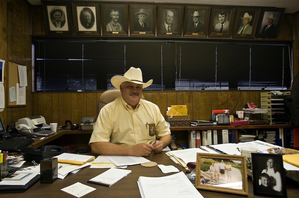 Terry L. Bouchard, Sheriff von Ochiltree County und Republikaner in seinem Buero unter den Fotos seiner Vorgaenger..Republikaner-Hochburg Perryton, Texas. ..© Stefan Falke