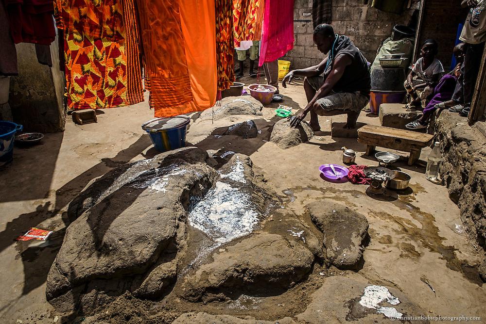Kherou Ngor betet am Grab seines Großvaters, der ebenfalls schon ein  berühmter senegalesischer Ringer war,