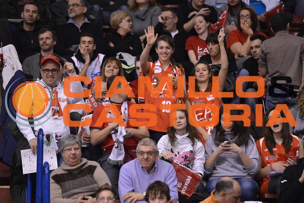DESCRIZIONE :  Milano Lega A 2012-13 EA7 Emporio Armani Milano Montepaschi Siena<br /> GIOCATORE : tifosi pubblico<br /> CATEGORIA : pre game ritratto<br /> SQUADRA : EA7 Emporio Armani Milano <br /> EVENTO : Campionato Lega A 2012-2013 <br /> GARA : EA7 Emporio Armani Milano Montepaschi Siena<br /> DATA : 03/03/2013<br /> SPORT : Pallacanestro <br /> AUTORE : Agenzia Ciamillo-Castoria/GiulioCiamillo<br /> Galleria : Lega Basket A 2012-2013  <br /> Fotonotizia : Milano Lega A 2012-13 EA7 Emporio Armani Milano Montepaschi Siena<br /> Predefinita :