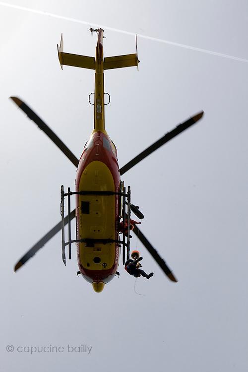 Paris, France. 4 Mai 2009..Brigade Fluviale de Paris..15h23 Entrainement d'helitreuillage..Paris, France. May 4th 2009..Paris fluvial squad..3:23 pm Winching up into a helicopter training..