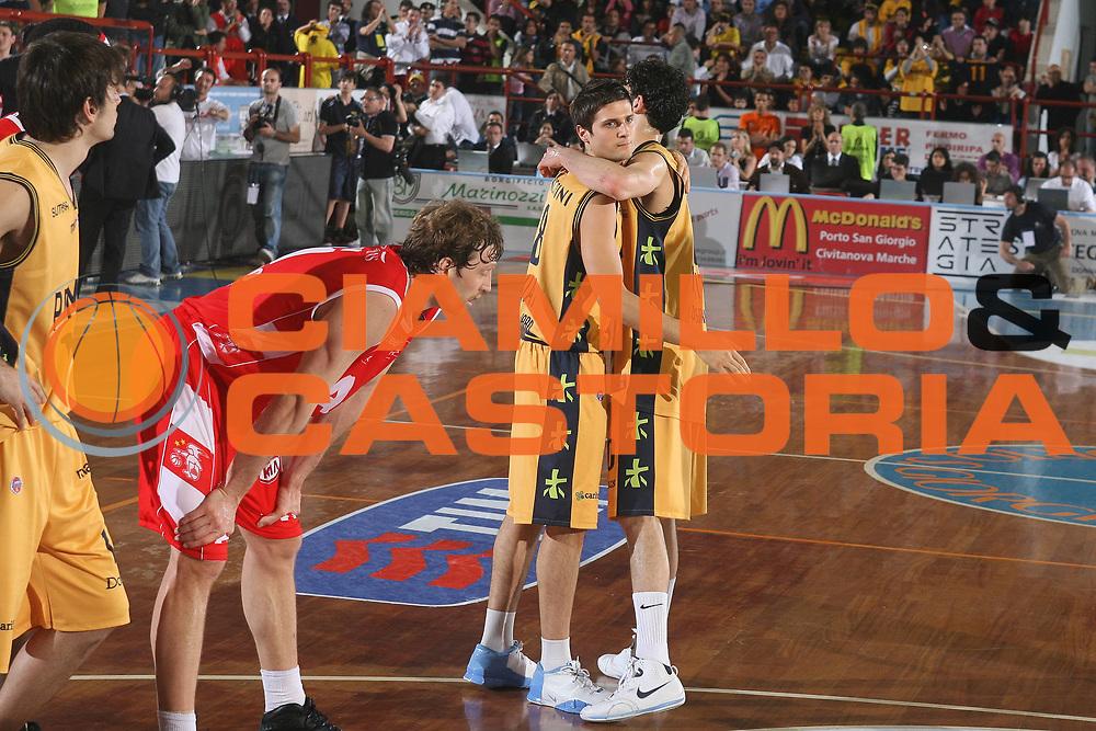 DESCRIZIONE : Porto San Giorgio Lega A1 2007-08 Playoff Quarti Di Finale Gara 5 Premiata Montegranaro Armani Jeans Milano <br /> GIOCATORE : Andrea Cinciarini Luca Vitali <br /> SQUADRA : Premiata Montegranaro <br /> EVENTO : Campionato Lega A1 2007-2008 <br /> GARA : Premiata Montegranaro Armani Jeans Milano <br /> DATA : 18/05/2008 <br /> CATEGORIA : Fair Play <br /> SPORT : Pallacanestro <br /> AUTORE : Agenzia Ciamillo-Castoria/G.Ciamillo