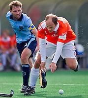 BLOEMENDAAL - hoofdklasse competietiewedstrijd heren tussen Bloemendaal en Laren (9-1). Teun de Nooijer verliest zijn stick tijdens een duel met Laren-aanvoerder Martijn de Jager (L). Foto KOEN SUYK