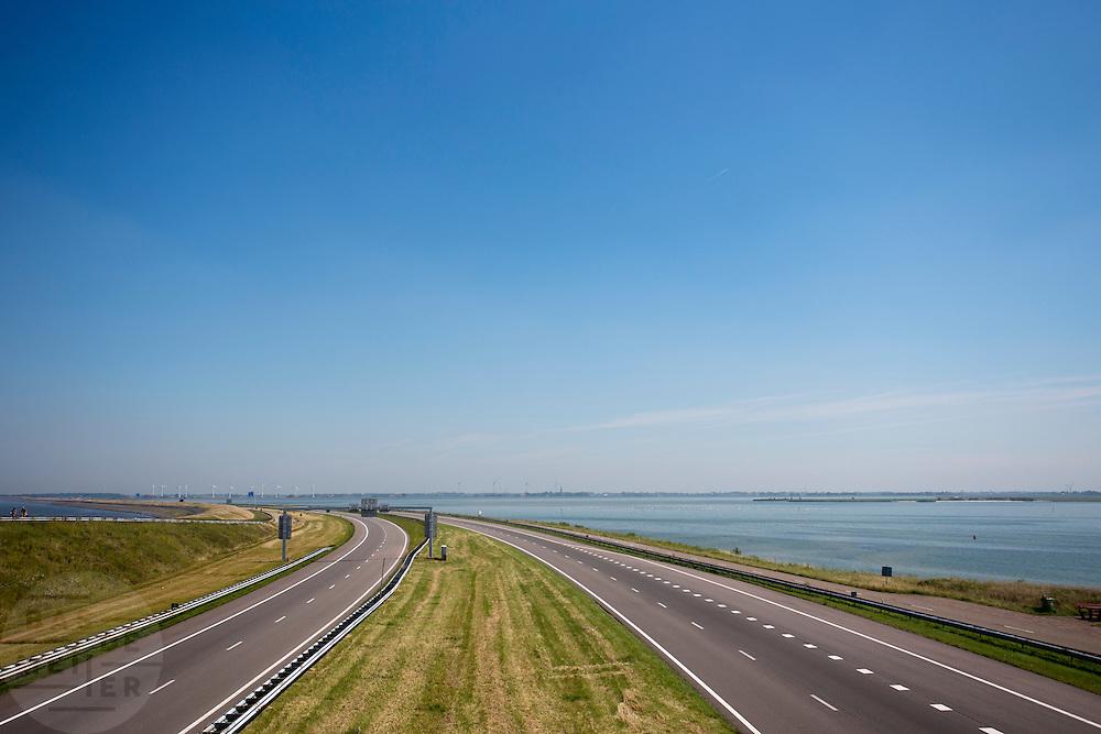 De Afsluitdijk bij Konrwerderzand. Het is dit jaar tachtig jaar geleden dat de Afsluitdijk werd voltooid en de Waddenzee (links op de foto) werd afgesloten van wat nu het IJsselmeer heet.<br /> <br /> In 1932, the gap between the Wadden Sea and the former Zuiderzee closed by the Afsluitdijk. Now it is a major thoroughfare between Friesland and North Holland and it separates the Wadden Sea from the IJsselmeer.