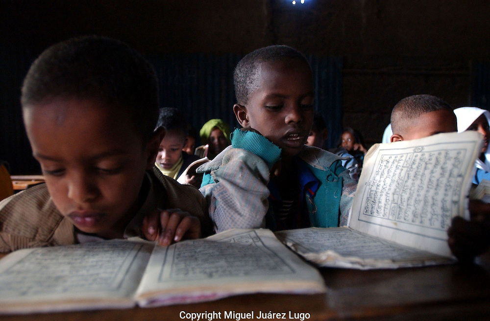 Dessie, Ethiopia: Third-grade children learn to read the Koran in Arabic by the afternoon light in this madrassa in Northern Ethiopia. The Showber Islamic School is one of several madrassas in this town, whose population is predominantly Muslim and Orthodox Christian. (PHOTO: MIGUEL JUAREZ LUGO).