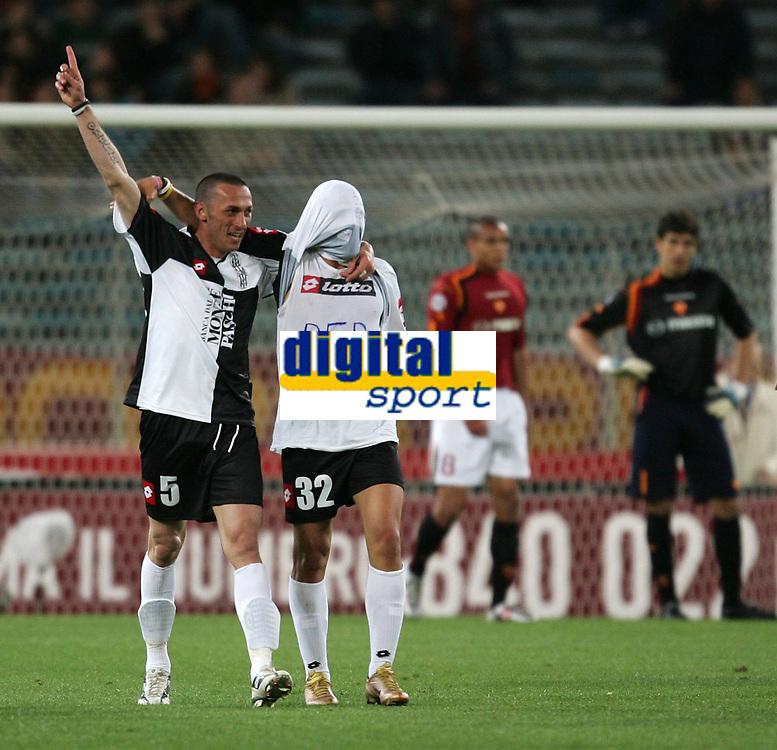 Fotball<br /> Serie A Italia 2004/05<br /> Roma v Siena<br /> 20. april 2005<br /> Foto: Digitalsport<br /> NORWAY ONLY<br /> MACCARONE ESULTA CON CIRILLO DOPO IL GOL. SULLO SFONDO FERRARI E CURCI DELUSI