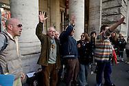Roma 7 Gennaio 2014<br /> Attivisti, dell'associazione Catena Umana, hanno tentato di montare delle tende sul marciapiede di via del Corso, davanti a Palazzo Chigi , sede del Governo, per protestare contro &laquo;la casta politica&raquo;. Il tentativo &egrave; stato bloccato dalle forze dell'ordine che hanno sequestrato due tende, e fermato  per controlli gli attivisti.<br /> Rome January 7, 2014<br /> Activists of the Human Chain Association, have attempted to assemble the tents on the sidewalk of Via del Corso, in front of Palazzo Chigi, seat of government, to protest against &quot;political class.&quot; The attempt has been blocked by the police who seized two tents, and stopped for checks  activists.