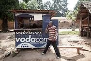 Repubblica Democratica del Congo e Repubblica Centrafricana, 2012<br /> Lavorare in Africa<br /> Centro di telefonia nel villaggio di Zongo, in RDC<br /> <br /> Democratic Republic of Congo and Central African Republic, 2012<br /> Working in Africa<br /> Telephone assistance center in the town of Zongo, in DRC