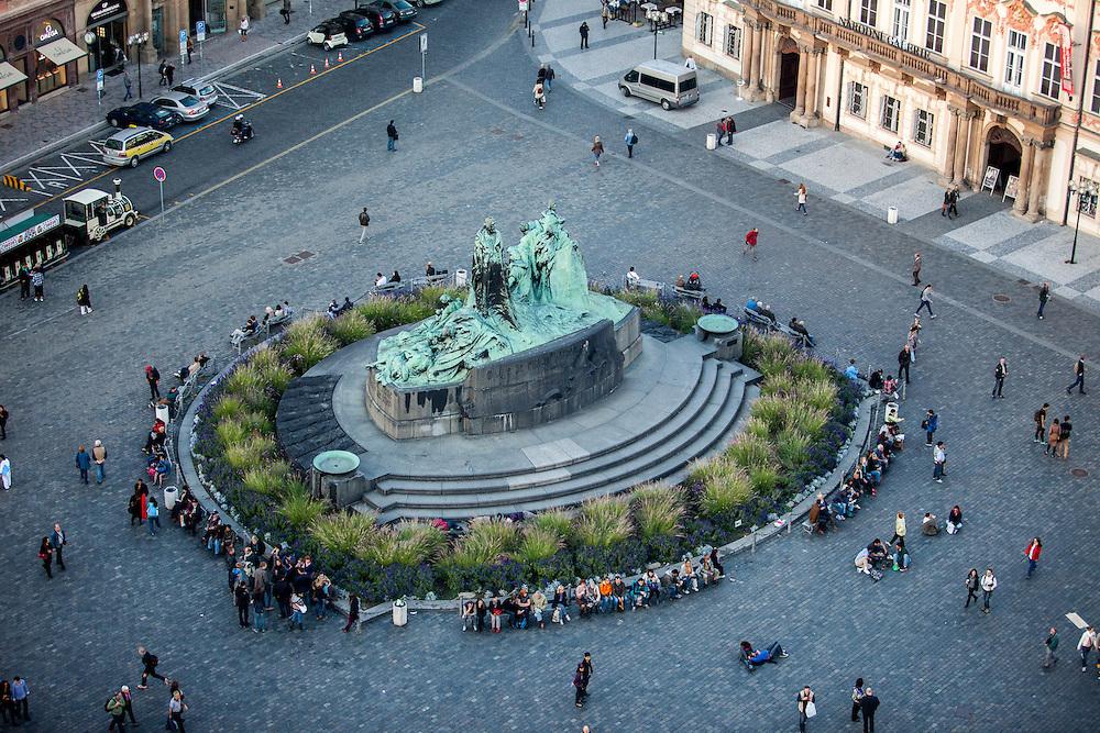 Das Jan Hus Denkmal gesehen vom Altstaedter Rathaus Turm.