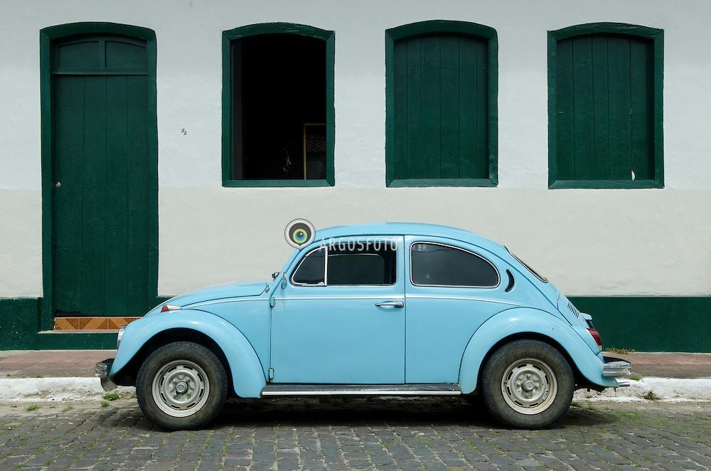 Fusca azul. O Fusca foi  primeiro modelo de automovel fabricado pela companhia alema Volkswagen e tambem o carro amis vendido do mundo./ Blue Beetle. The Beetle was first model of automobile manufactured by the German company Volkswagen and also the best selling car in the world. Rio de Janeiro, RJ - Brasil, 2013
