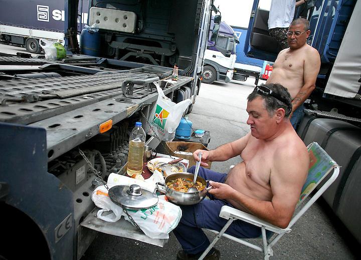 """TEMA: VAGA DE TRANSPORTISTES. PIQUETS A LA ZONA FRONTANERA I CAMIONERS QUE ESPEREN A PODER MARXAR. UN CAMIONER PORTUGUE?S APROFITA PER MENJAR UN """"BACALLAU"""" AMB UNA MICA DE PORTO. LLOC: LA JONQUERA. DATA:  10-06-08. FOTO: JORDI RIBOT-LVE."""