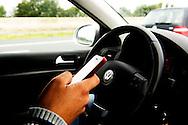 ROTTERDAM - nieuwe waarschuwingsborden langs de snelweg . Appen, mailen, facebooken, tweeten en sms'en in het verkeer zorgt jaarlijks voor enkele tientallen doden. Die cijfers presenteert het ministerie van Infrastructuur bij de start van een nieuwe campagne tegen het gebruik van smartphone achter het stuur of op de fiets. De campagne Aandacht op de weg loopt tot half december.  Een automobilist verstuurt een bericht via WhatsApp. De politie begint een groot offensief tegen het gebruik van smartphones in de auto. Er komen intensieve controles op automobilisten die tijdens het rijden hun mobiele telefoon gebruiken voor. COPYRIGHT ROBIN UTRECHT