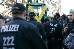 Am Rande der großen Anti-Atom-Kundgebung bei Dannenberg blockieren Landwirte eine der beiden möglichen Transportstrecken für den Castor. Sie verkeilen dazu mehrere Landmaschinen.<br /> <br /> Ort: Splietau<br /> Copyright: Karin Behr<br /> Quelle: PubliXviewinG