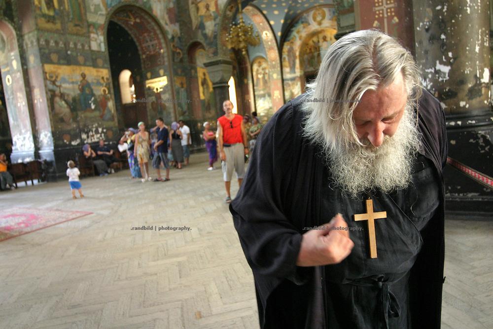 Georgien/Abchasien, Nowy Afon, 2006-08-27, Ein orthodoxer Priester im Kloster Nowy Afon. Abchasien erklärte sich 1992 unabhängig von Georgien. Nach einem einjährigen blutigen Krieg zwischen den Abchasen und Georgiern besteht seit 1994 ein brüchiger Waffenstillstand, der von einer UNO-Beobachtermission unter personeller Beteiligung Deutschlands überwacht wird. Trotzdem gibt es, vor allem im Kodorital immer wieder bewaffnete Auseinandersetzungen zwischen den Armee der Länder sowie irregulären Kämpfern.  (An orthodox priest in the monastery of Nowy Afon. Abkhazia declared itself independent from Georgia in 1992. After a bloody civil war a UNO mission observing the ceasefire line between Georgia and Abkhazia since 1994. Nevertheless nearly every day armed incidents take place in the Kodori gorge between the both armys and unregular fighters )